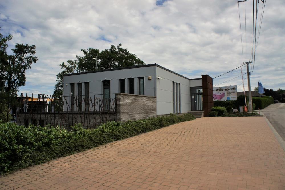 Samata Kft. vaskereskedelmi központ 1200 m2 csarnok, 370 m2 iroda