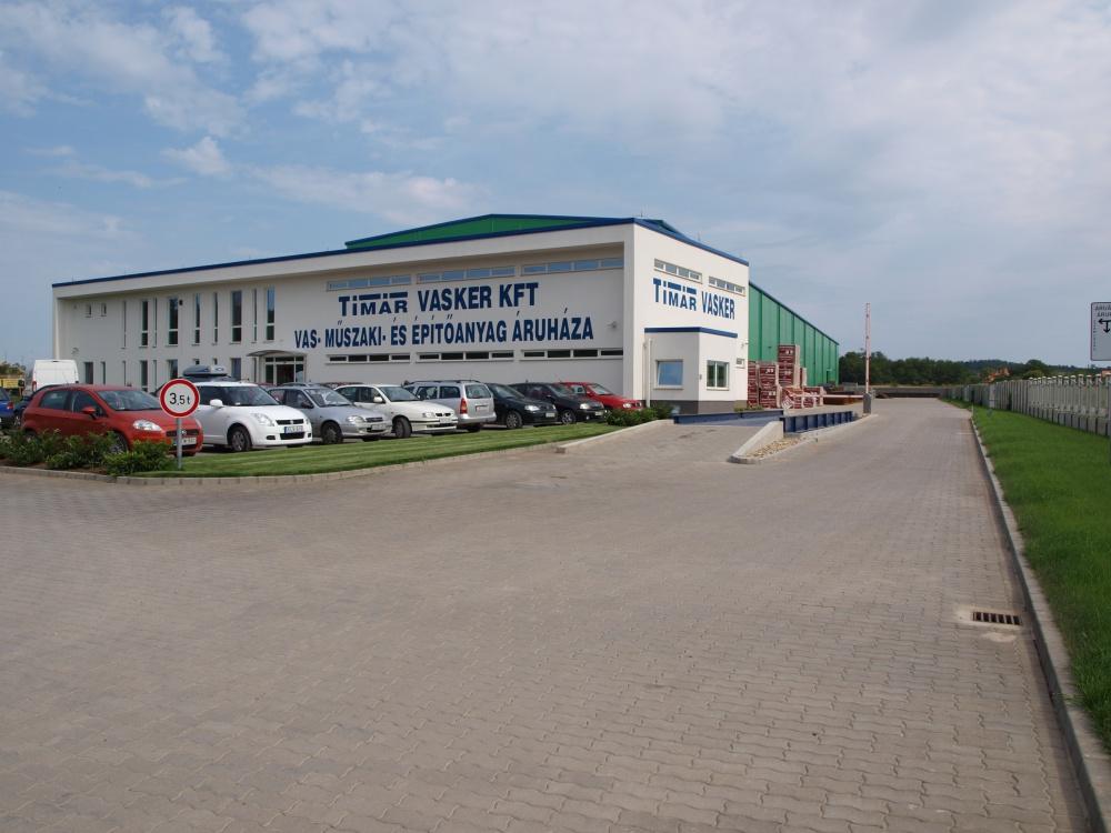 Tímár vaskereskedelmi központ 2700 m2 csarnok, 1000 nm iroda